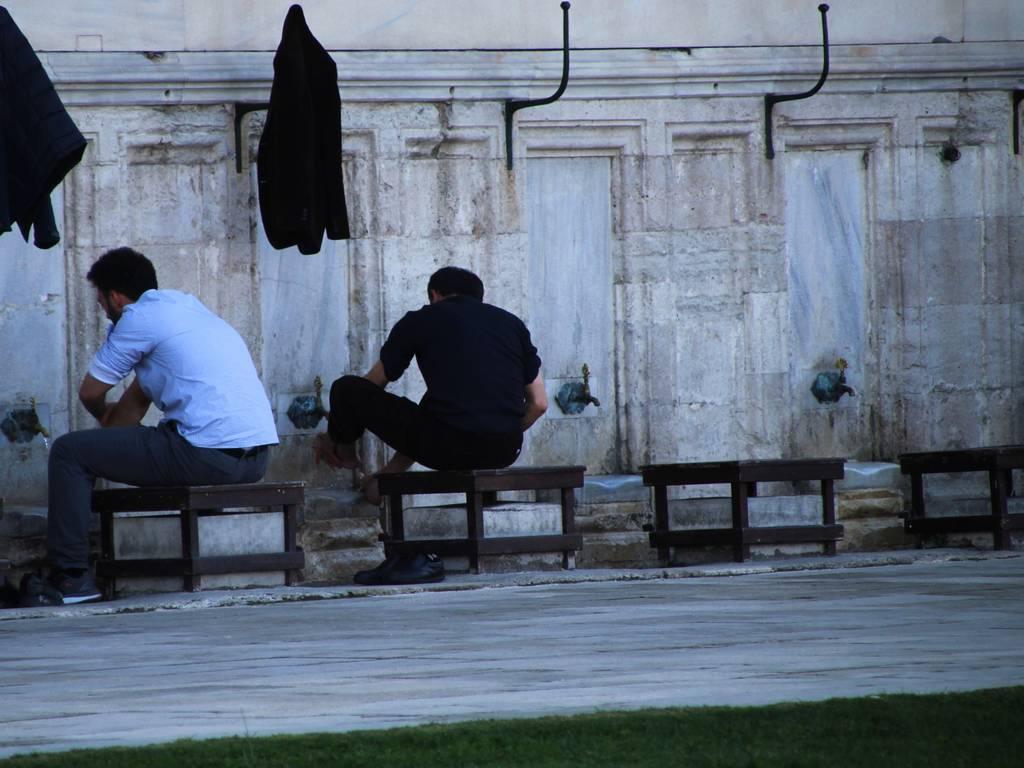En tu viaje por Turquía en una semana verás muchos musulmanes lavándose los pies fuera de las mezquitas.