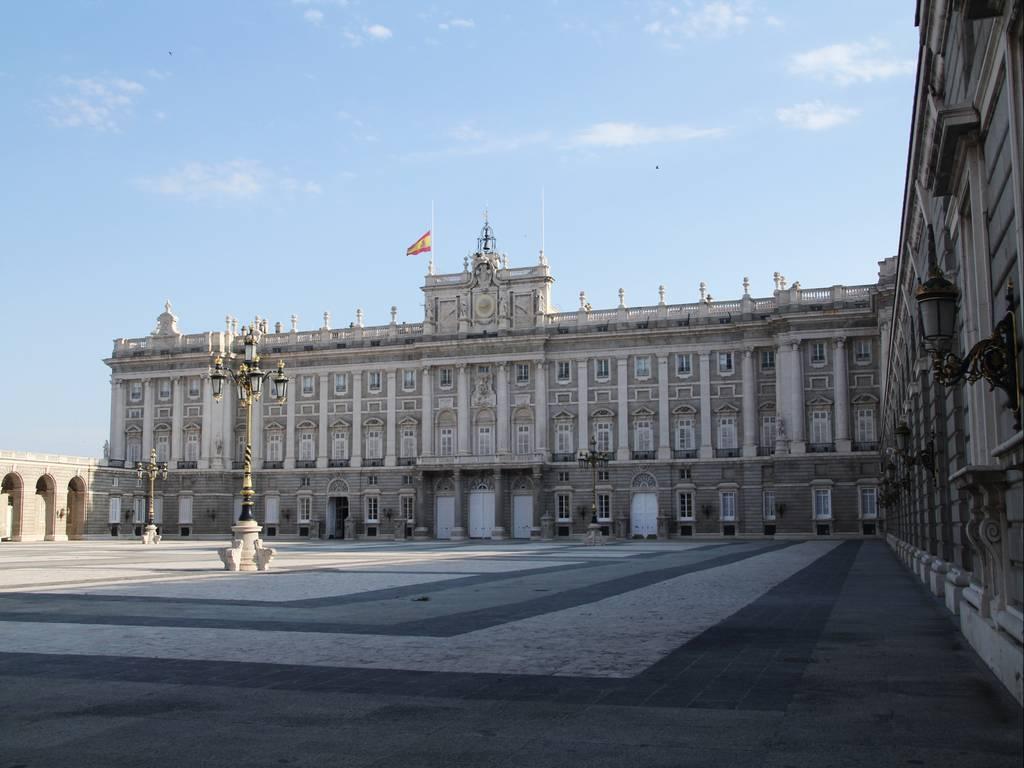 Lateral del Palacio Real, justo enfrente de la Catedral de la Almudena.