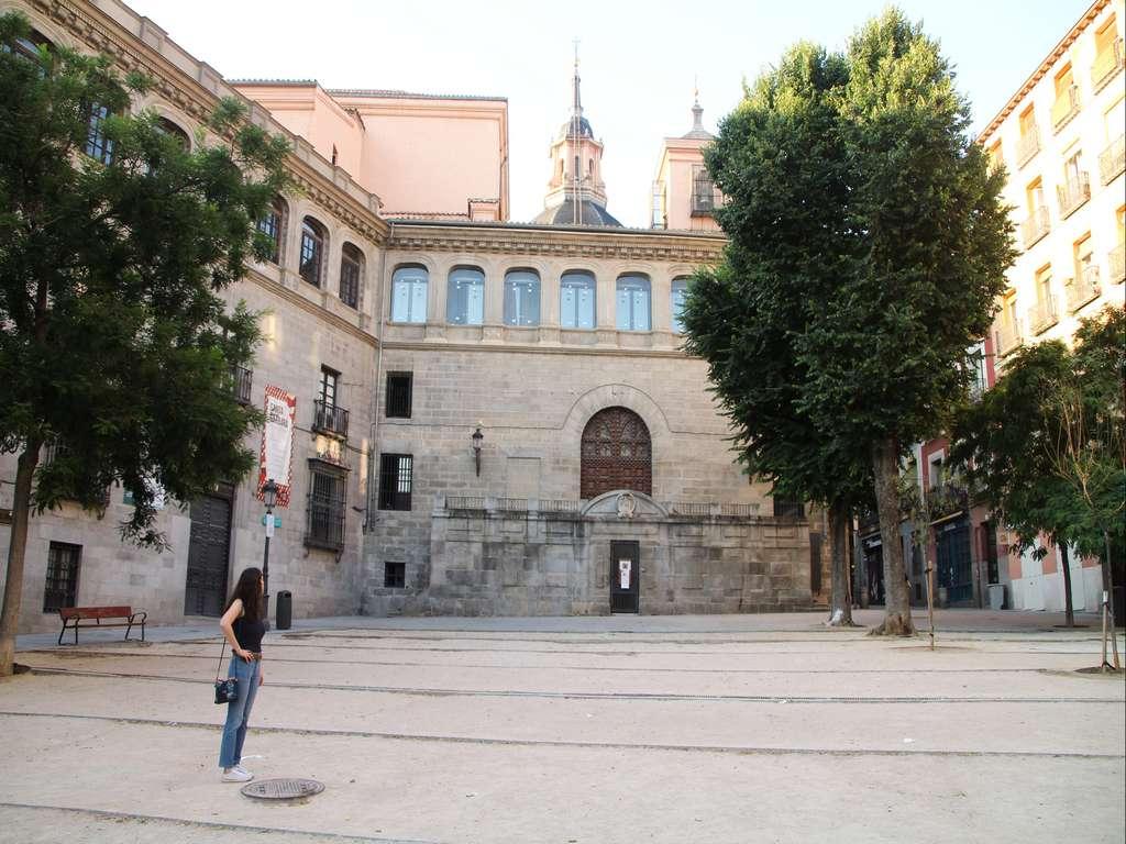 La Plaza de la Paja se encuentra en el Madrid de los Austrias, en pleno centro histórico.