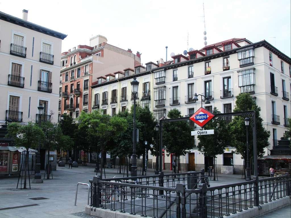 Otro sitio recomendable en tu ruta por el Madrid de los Austrias es la Plaza de Isabel II.