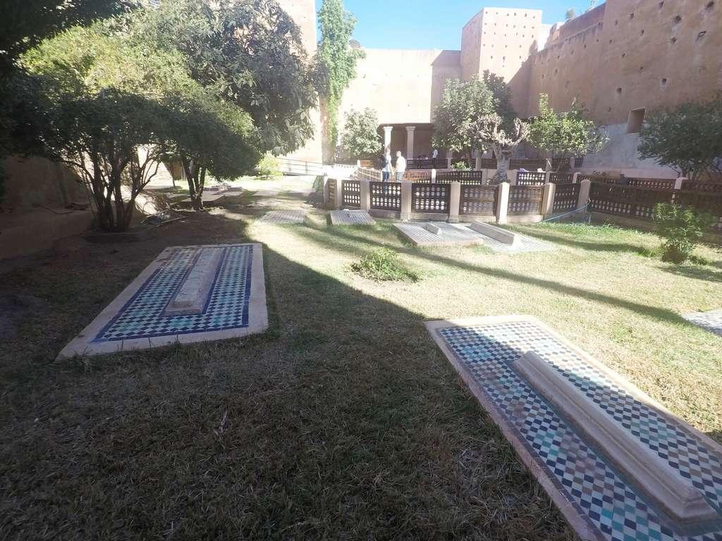 En el jardín hay más de 100 tumbas de sirvientes y soldados.