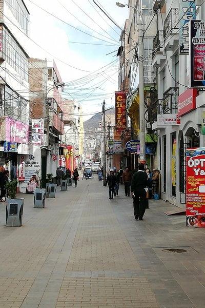La calle Jirón Lima es muy comercial, con decenas de bares y restaurantes donde probar la gastronomía puneña.