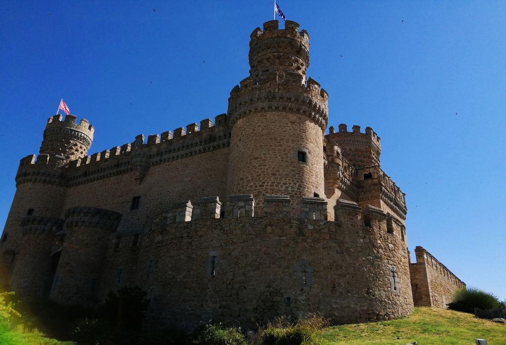Te recomiendo visitar el castillo por dentro para ver el antiguo zaguán y la alcoba, entre otras estancias.
