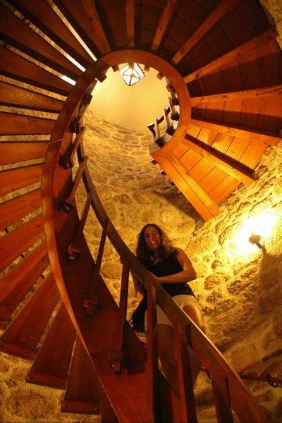 Aunque la subida al castillo se hace por esta escalera, la bajada por otra mucho más estrecha puede agobiarte un poco si eres claustrofóbico.