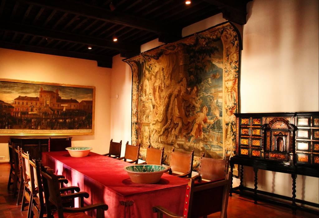 La sala del comedor con uno de los tapices que verás en el interior del castillo.