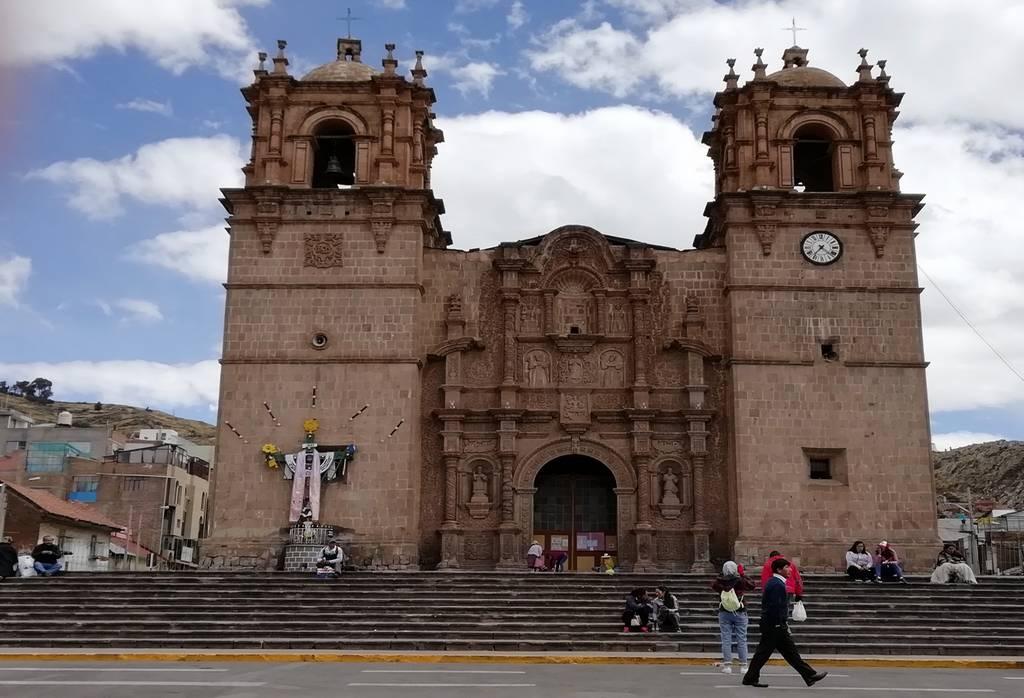 La Catedral de Puno es de estilo barroco y tiene una fachada majestuosa.
