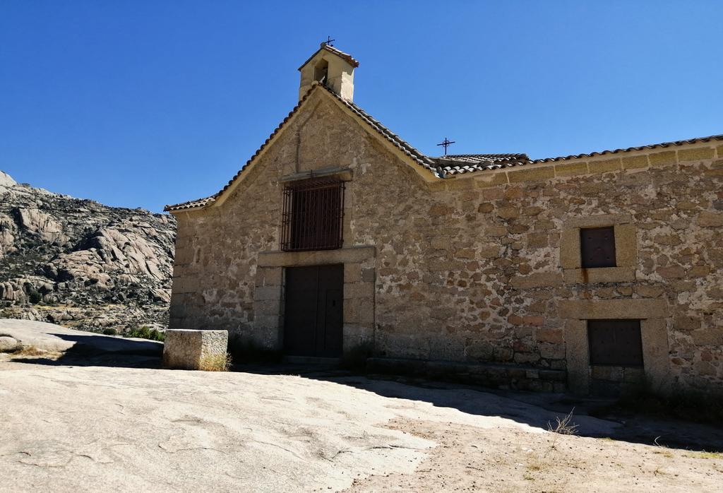 La mejor panorámica que ver en Manzanares El Real la tienes desde la ermita de Nuestra Señora de la Peña Sacra.