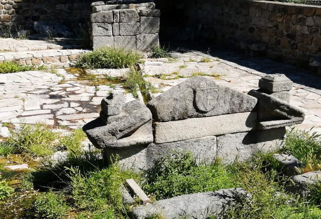 La Fuente de las Ermitas preserva un blasón de la familia Mendoza.