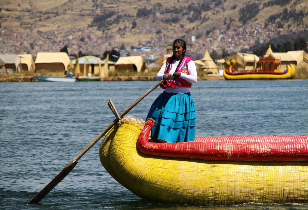 Los Uros habitaban en las islas flotantes antiguamente, en pleno lago Titicaca, pero ahora son un lugar turístico.