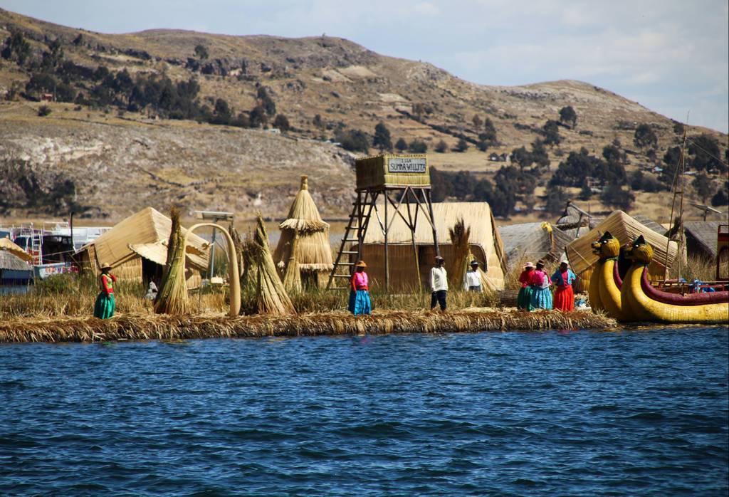 Puedes visitar en un mismo día la isla de los Uros y la isla de Taquile en un paseo en barca por el lago Titicaca.