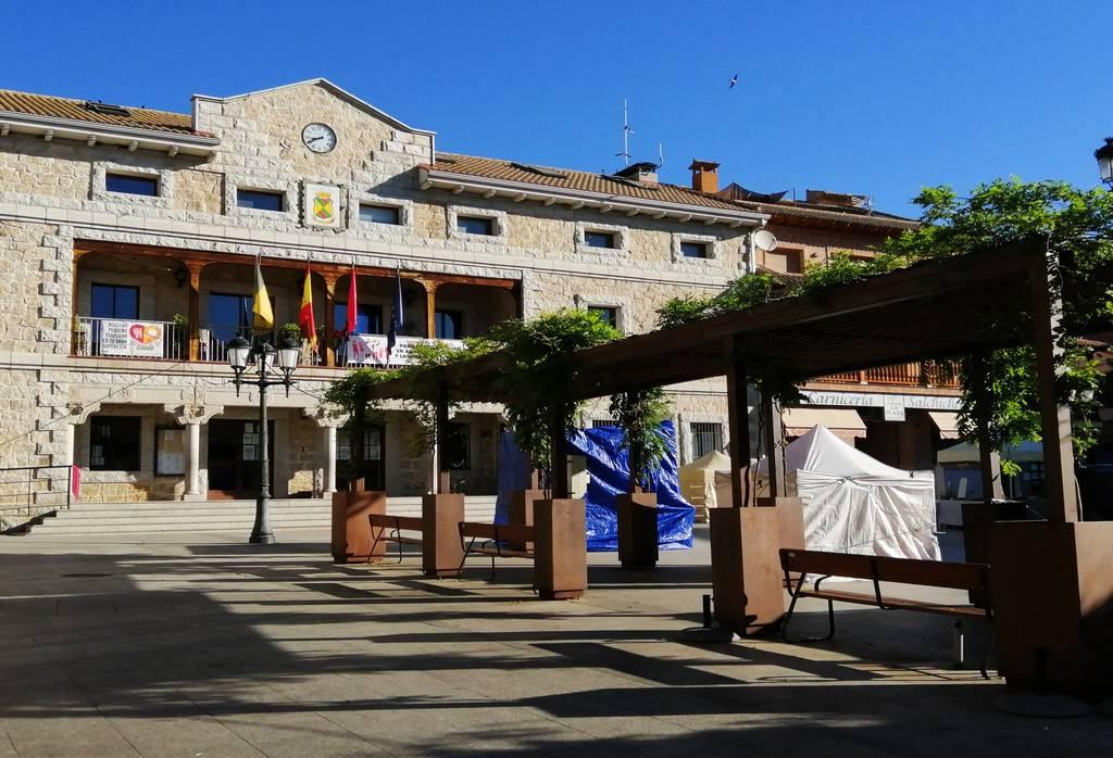 Un plan que hacer en Manzanares El Real es tomar el aperitivo en la Plaza del Pueblo.