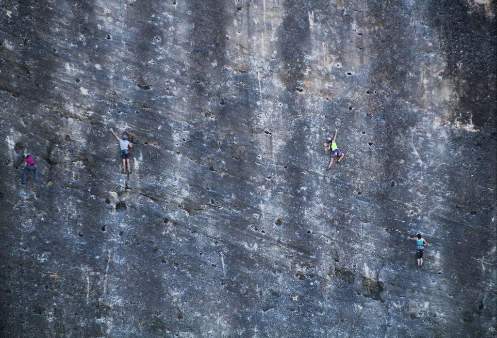 Escalar en el Pontón de la Oliva es un plan perfecto para soltar adrenalina.