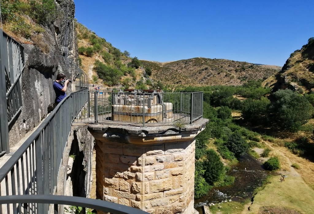 Ruta por el Pontón de la Oliva atravesando la pasarela que queda a mano izquierda de la presa desde el parking.