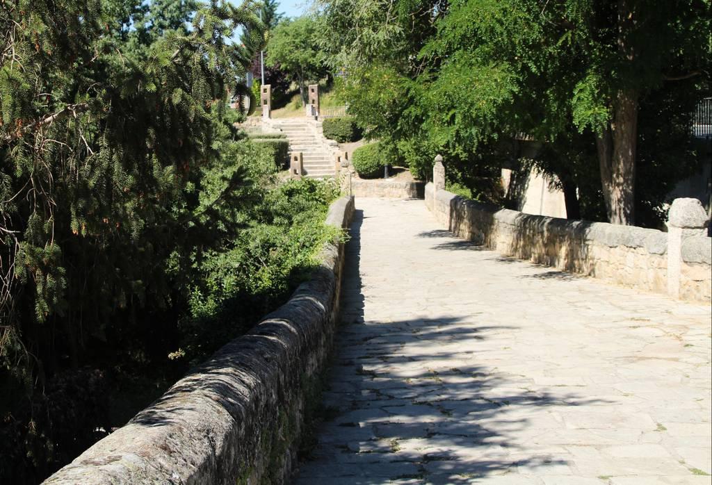 El Puente de la Cañada Real es un sitio que ver en Manzanares El Real por su valor histórico.