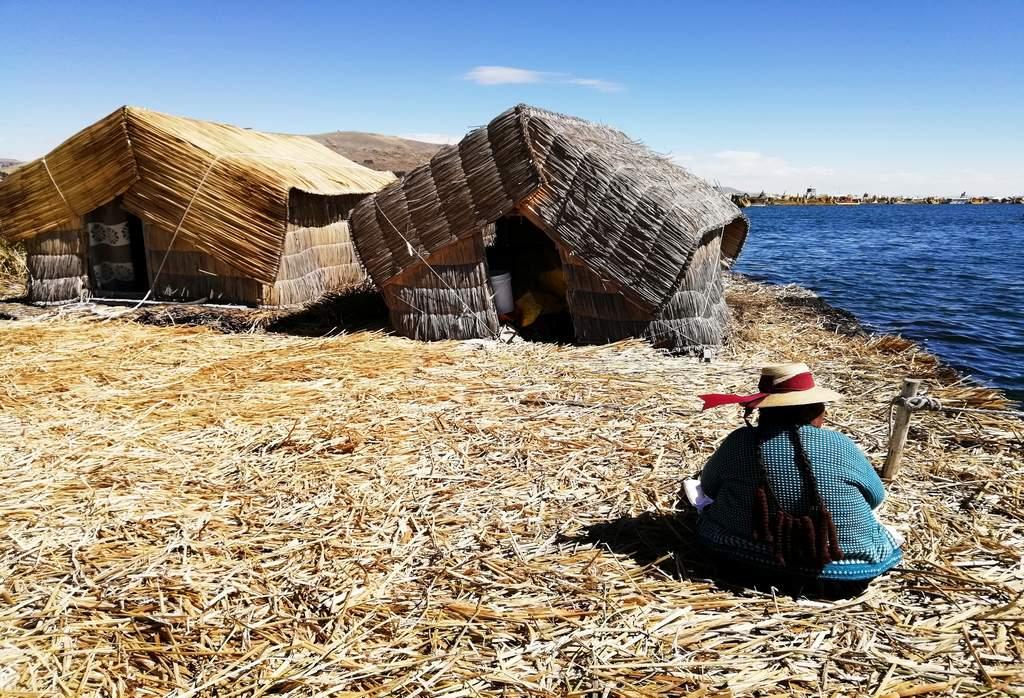 Visitar las islas flotantes de los Uros sobre el lago Titicaca es uno de los mejores planes que hacer en Puno.
