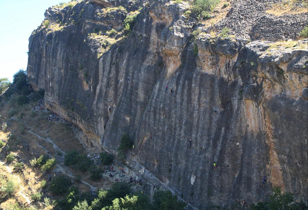 Si te gusta la escalada, en esta pared hay vías de hasta 50 metros de altura.