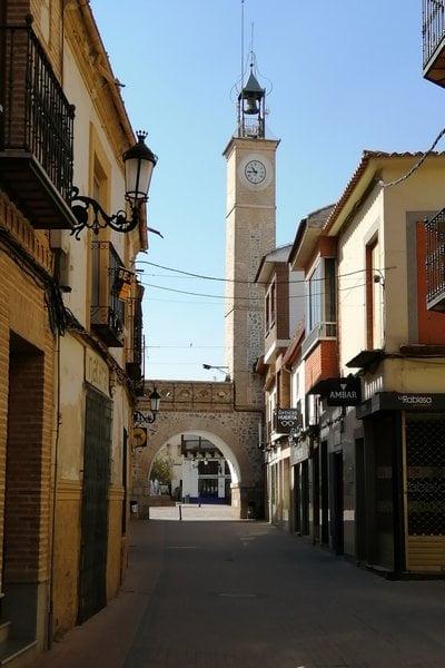 La torre del Reloj y el arco están junto al Ayuntamiento y fueron añadidos posteriormente.