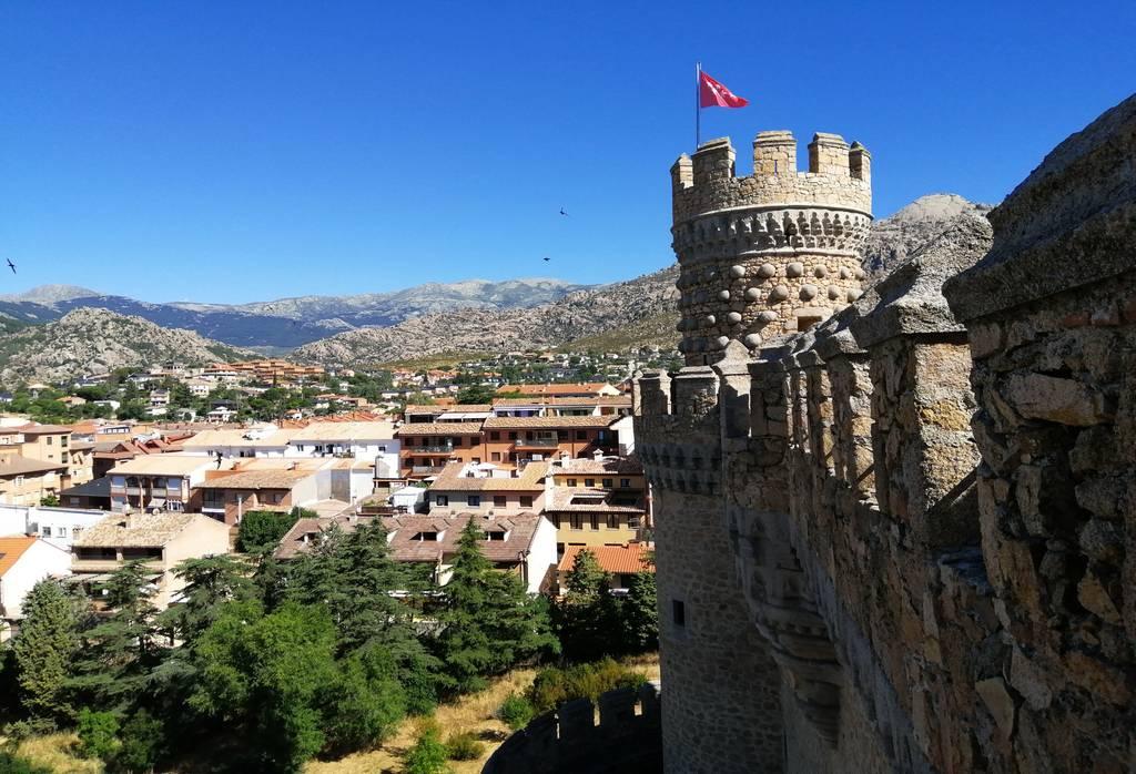 Desde el castillo se ve La Pedriza, situada al sur del Parque Nacional de la Sierra de Guadarrama.