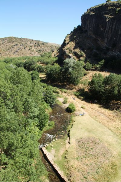 La ruta por el Pontón de la Oliva discurre por el curso del río Lozoya.