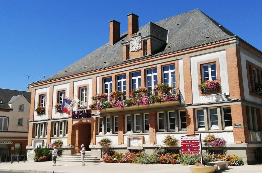 La fachada del Ayuntamiento es una de las más bonitas que ver en Sully-sur-Loire.