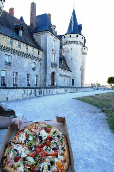 Un día cenamos pizza con vistas al castillo de Sully-sur-Loire. Planazo.