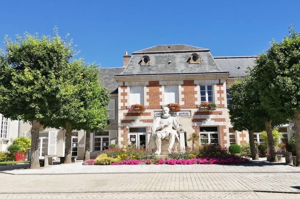 Centro Françoise Kuypers y la estatua de Maximilien de Béthune.