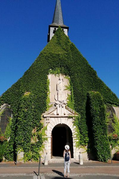 ¿Habías visto alguna vez una iglesia con la fachada cubierta de enredadera?