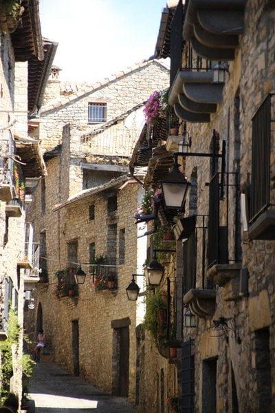 Aínsa es una villa medieval de casas empedradas y balcones de flores.