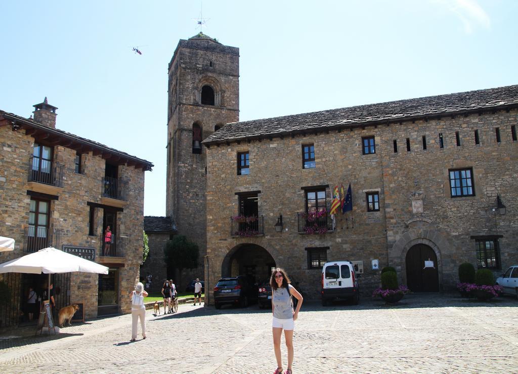 El Ayuntamiento de Aínsa se encuentra en la Plaza Mayor de la villa.