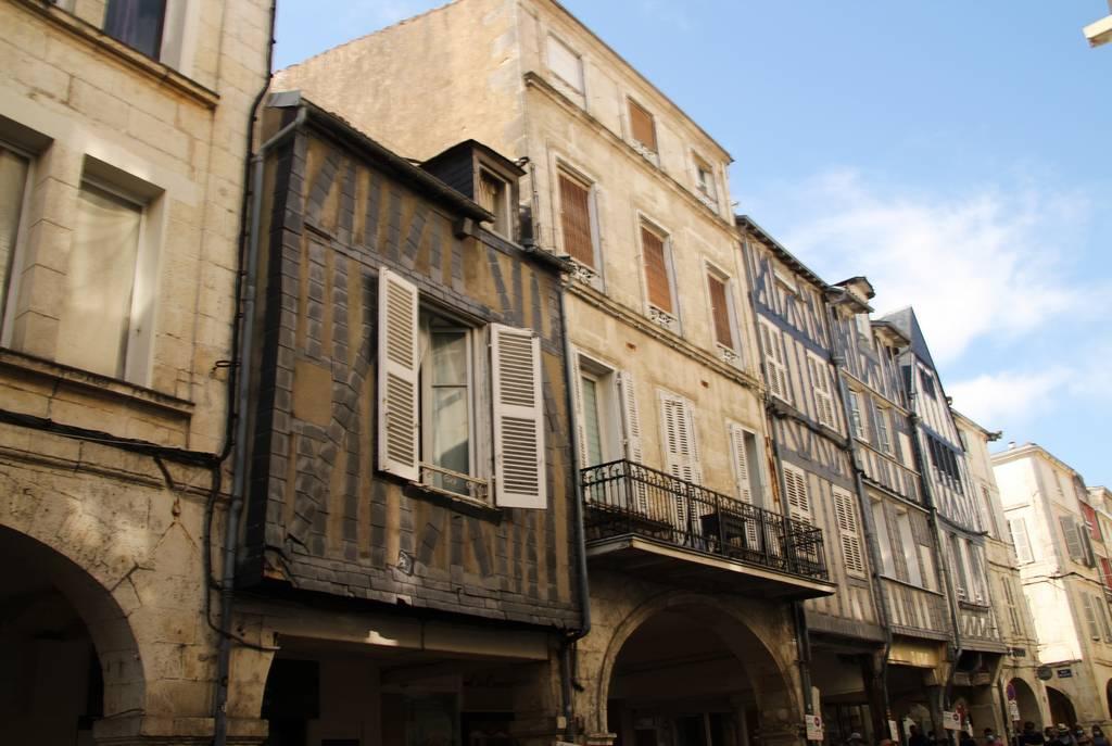 Tienes que ver en La Rochelle las fachadas de las casas con entramado de madera.