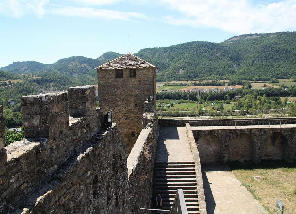 Una de las mejores panorámicas que ver en Aínsa la tienes desde el recinto amurallado de la fortaleza.