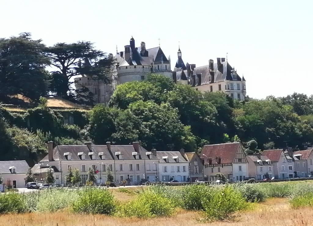 Vistas del castillo de Chaumont-sur-Loire desde la otra orilla del río Loira.