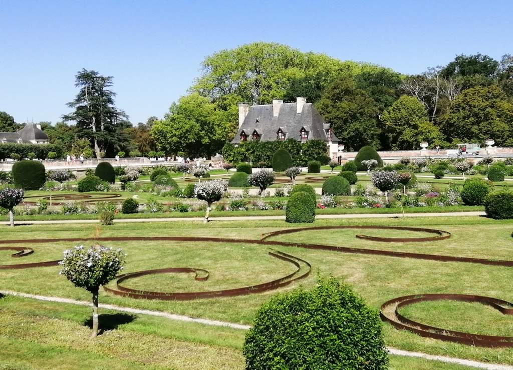 Aparte de visitar el castillo de Chenonceau por dentro, no olvides reservar tiempo para sus jardines.