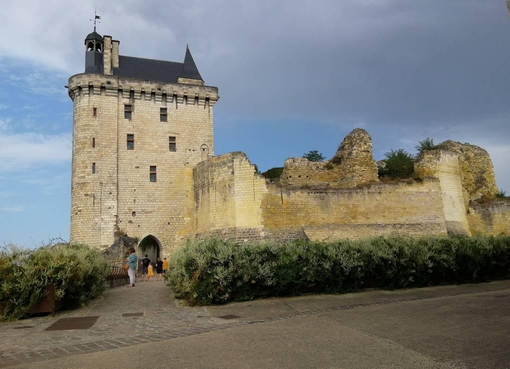 El castillo de Chinon tiene un estilo militar y una ubicación estratégica con fines defensivos.