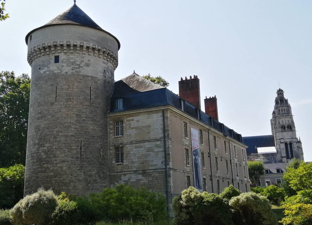El castillo de Tours es menos llamativo que otros, pero la ciudad es alucinante.