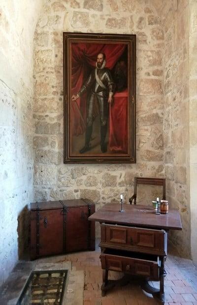 Puedes visitar los interiores de la fortaleza por libre o con guía.