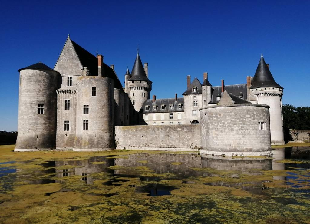 Lo más curioso de la fortaleza de Sully-sur-Loire es que está rodeada por fosos de agua.