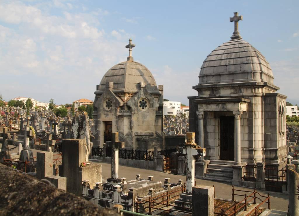 Encontramos por casualidad el inmenso cementerio de Sabaou.