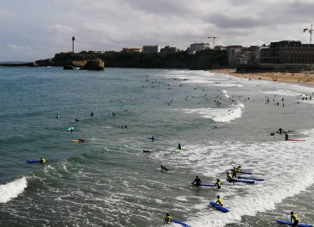 Queda claro que hay más tablas de surf que bañistas en el mar.