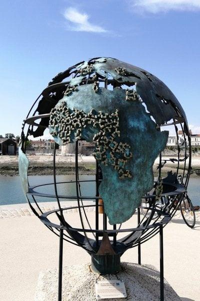 Donde hay una bola del mundo, hay un viajero soñando qué parte del globo recorrer.