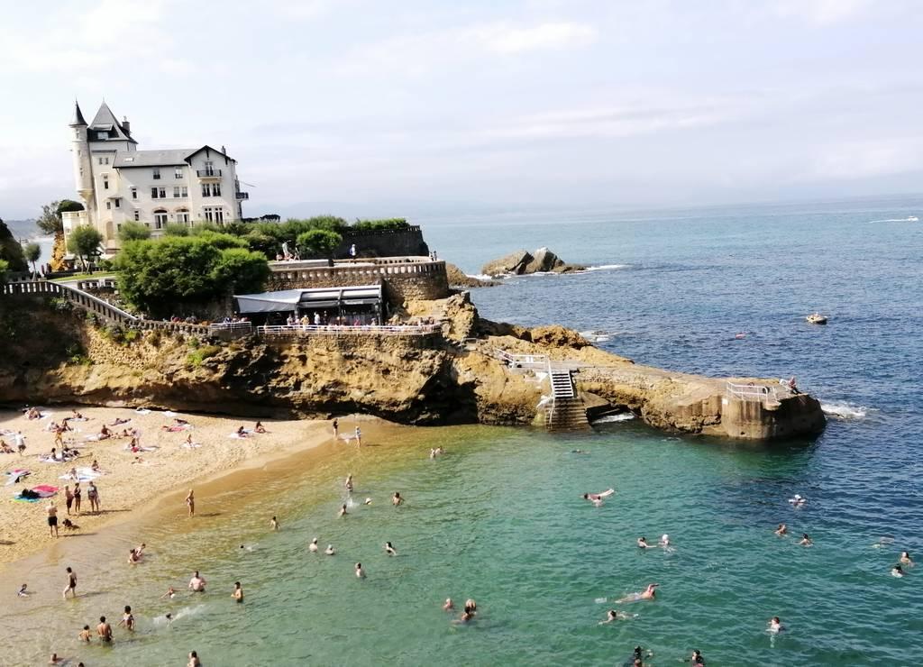 La Playa del Puerto Viejo está resguardada del viento y, por tanto, es la mejor para familias con niños.