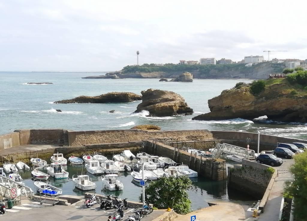 Puerto de los Pescadores con el Faro de Biarritz a lo lejos.