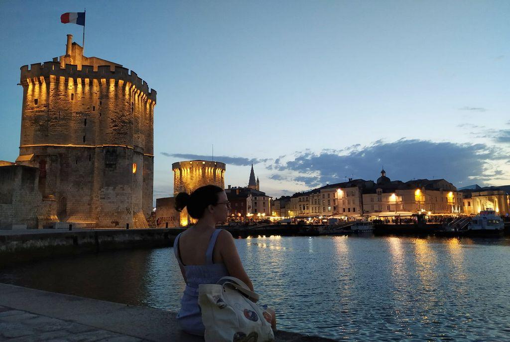 Un plan que hacer en La Rochelle es disfrutar de los monumentos del Puerto Viejo iluminados.