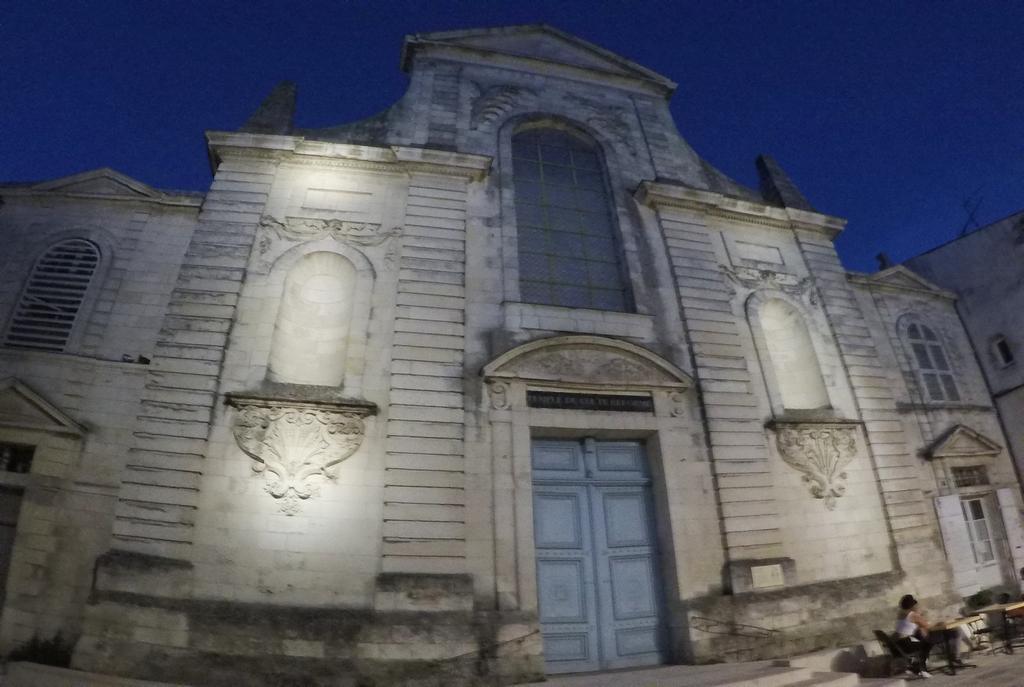 La fachada clásica del Templo Protestante y su puerta azul no pasan desapercibidas.