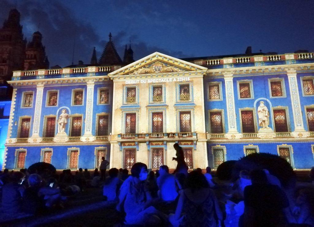 Espectáculo de luces nocturno en el Museo de Bellas Artes de Tours.