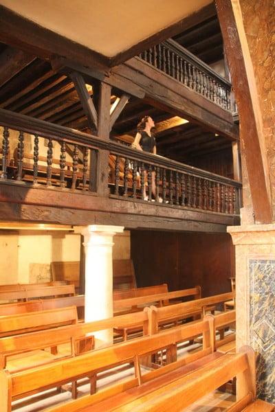 No te vayas sin subir a las galerías de madera laterales para tener las mejores vistas de la iglesia.