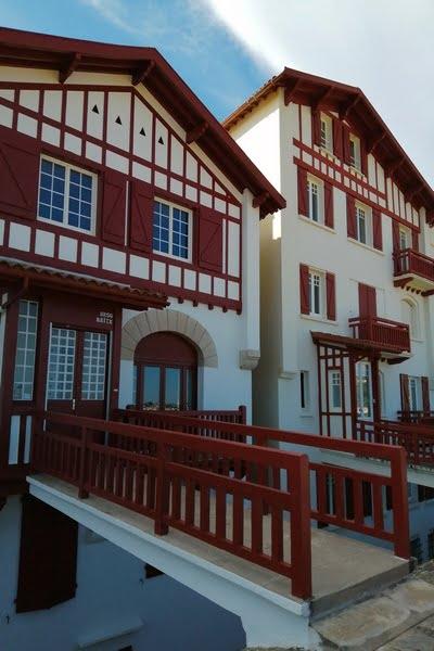 En tu recorrido por San Juan de Luz en un día verás las típicas casas blancas y rojas.