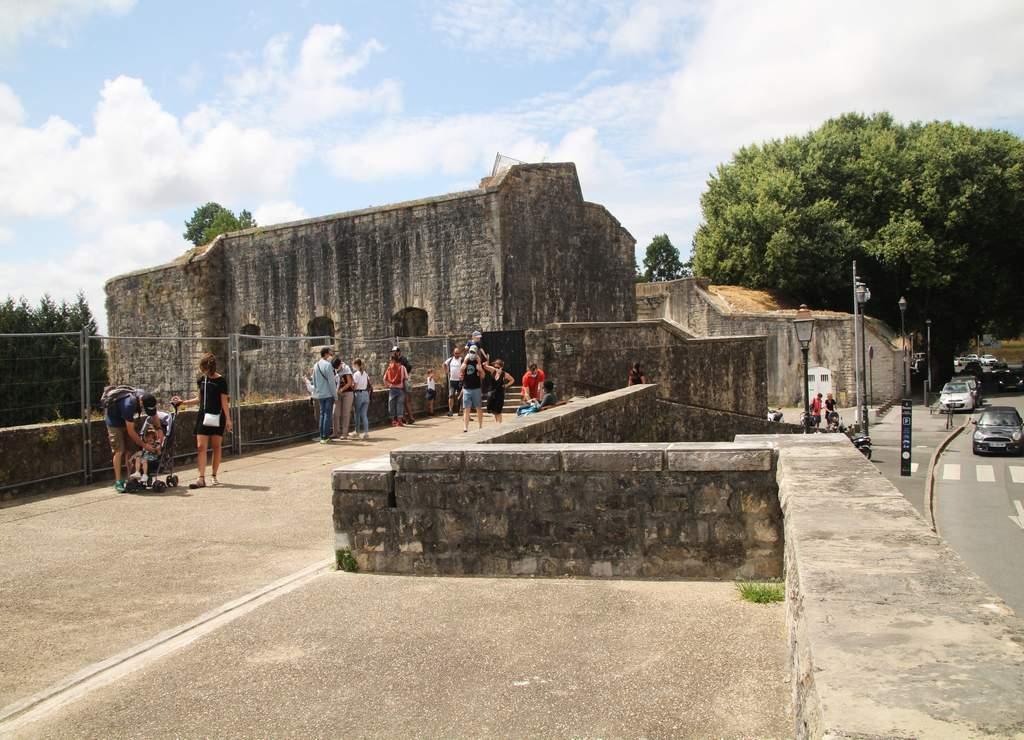 Todavía se preservan antiguas fortificaciones, prueba de la importancia estratégica comercial de Bayona.