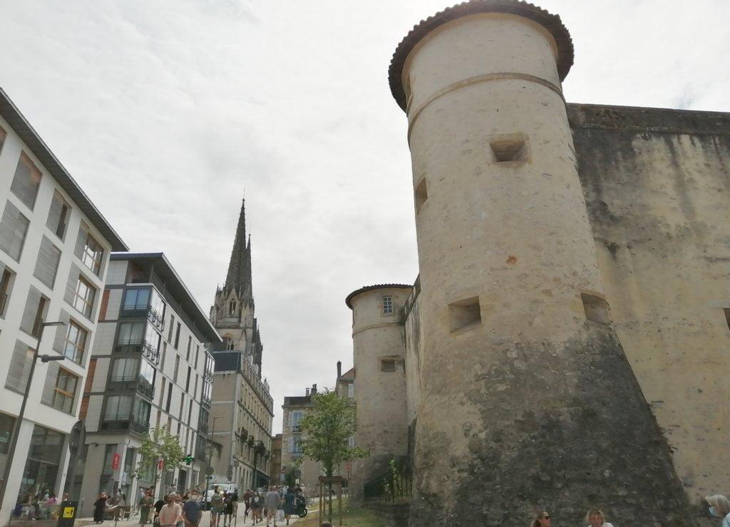 El castillo viejo fue construido en el siglo XI sobre un castrum romano.