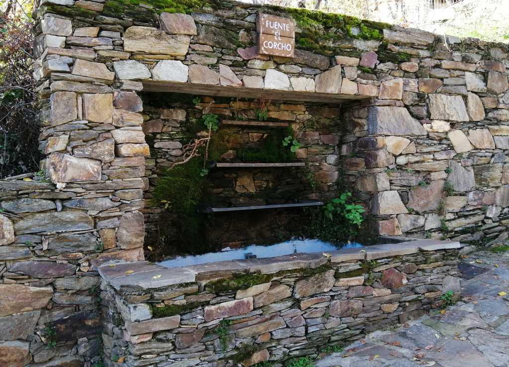 La Fuente El Corcho es muy original por su forma escalonada en la pared.